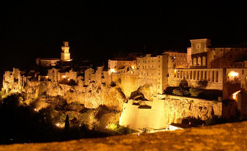 Pitigliano di notte borgo in Toscana